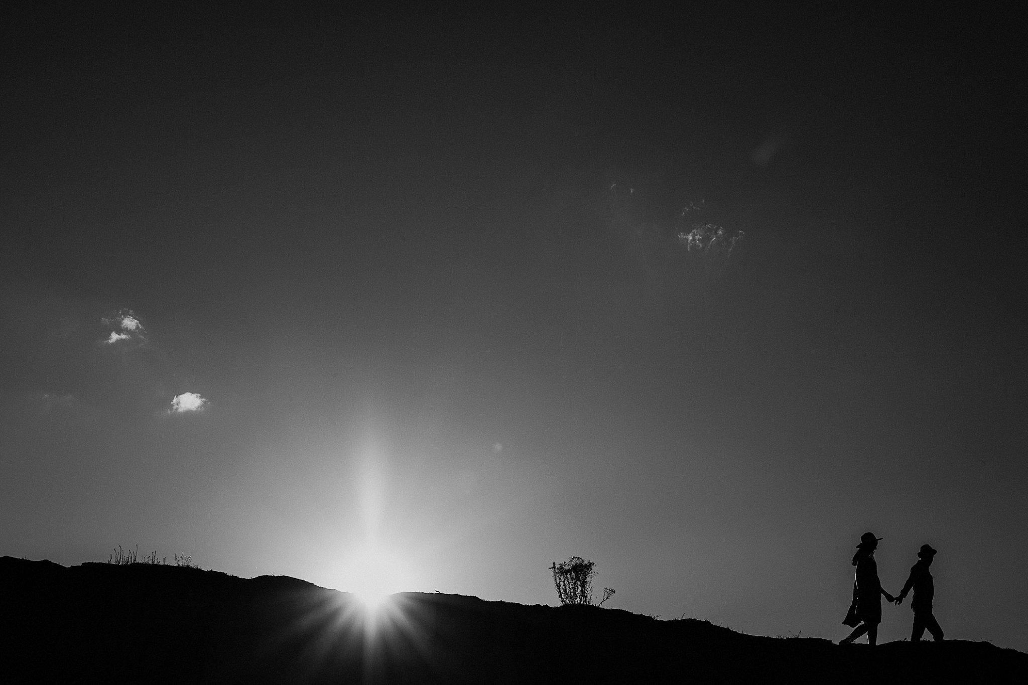 piekna sesja narzeczenska rustykalna romantyczna sesja na pustyni sesja zdjeciowa poznan krugphotography fotograf slubny z poznania fotografia slubna poznan 1500