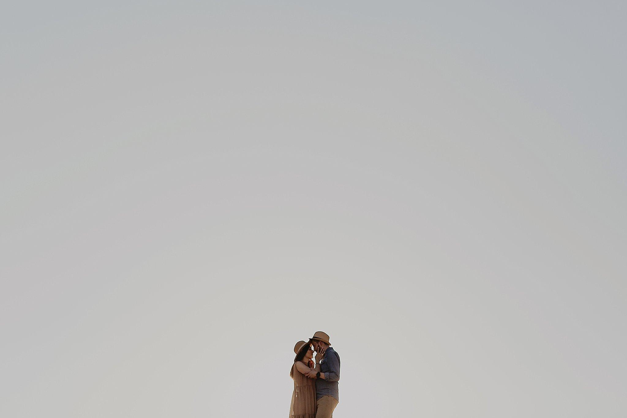piekna sesja narzeczenska rustykalna romantyczna sesja na pustyni sesja zdjeciowa poznan krugphotography fotograf slubny z poznania fotografia slubna poznan 1700