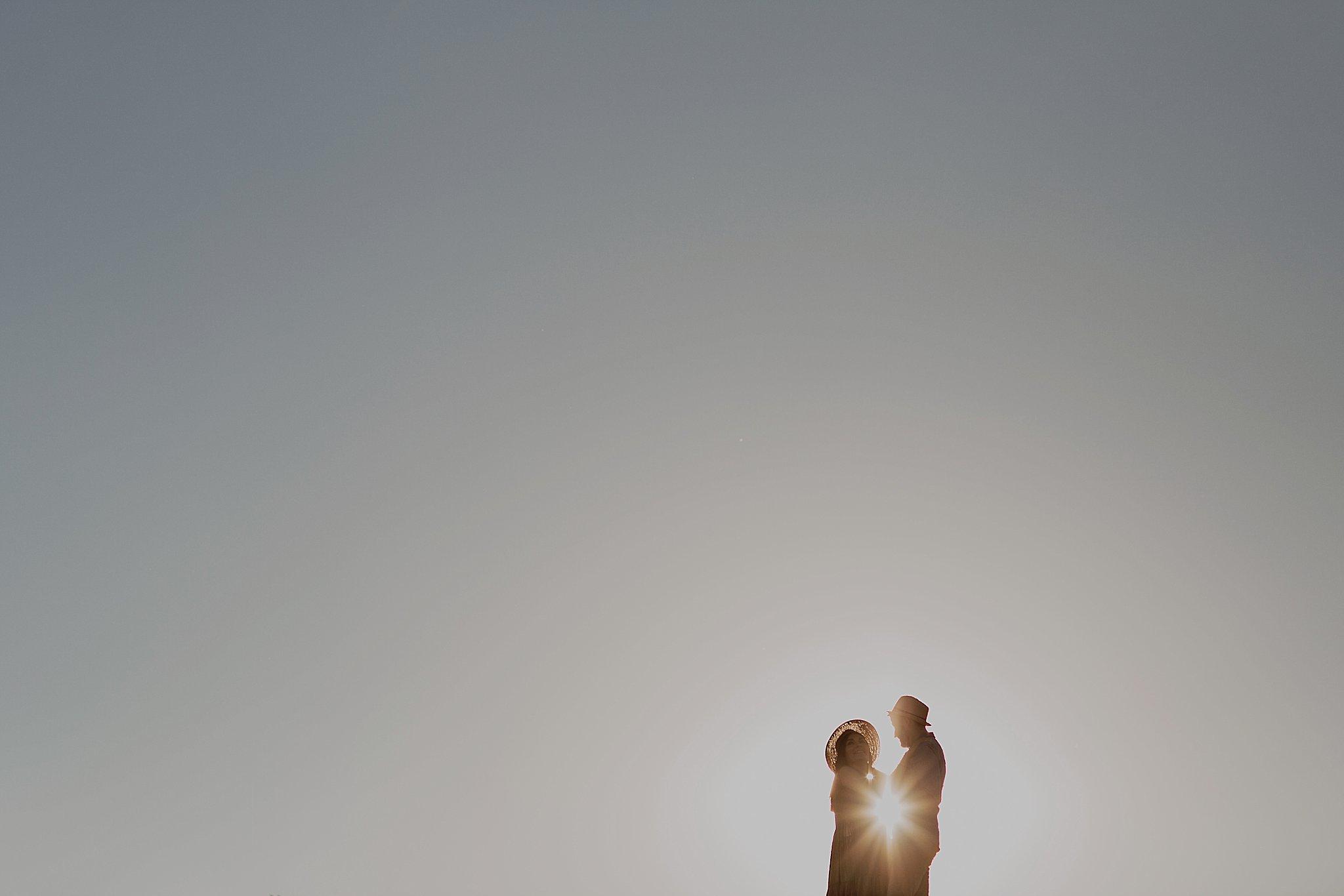 piekna sesja narzeczenska rustykalna romantyczna sesja na pustyni sesja zdjeciowa poznan krugphotography fotograf slubny z poznania fotografia slubna poznan 1800