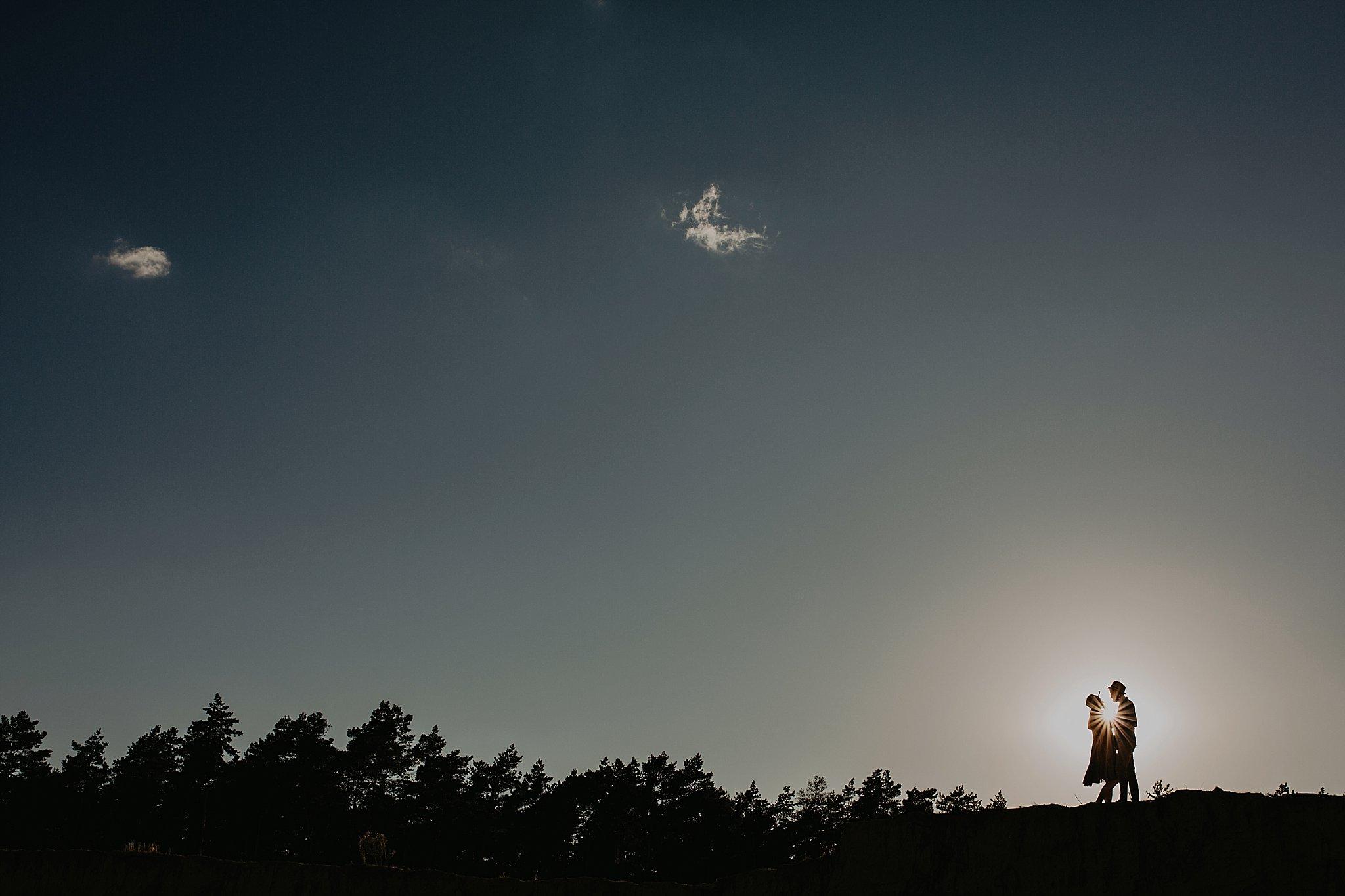 piekna sesja narzeczenska rustykalna romantyczna sesja na pustyni sesja zdjeciowa poznan krugphotography fotograf slubny z poznania fotografia slubna poznan 1900