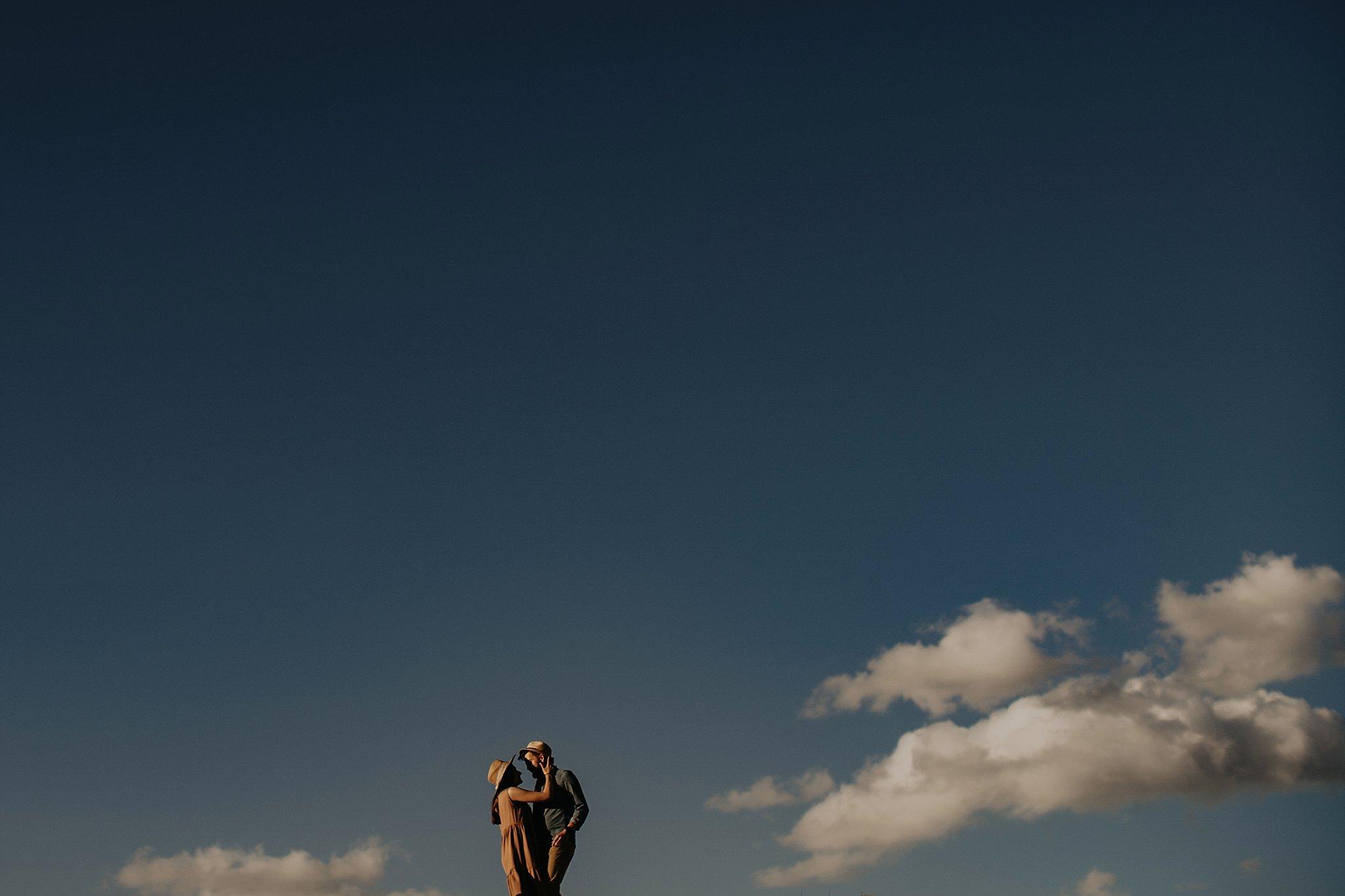 piekna sesja narzeczenska rustykalna romantyczna sesja na pustyni sesja zdjeciowa poznan krugphotography fotograf slubny z poznania fotografia slubna poznan 2800