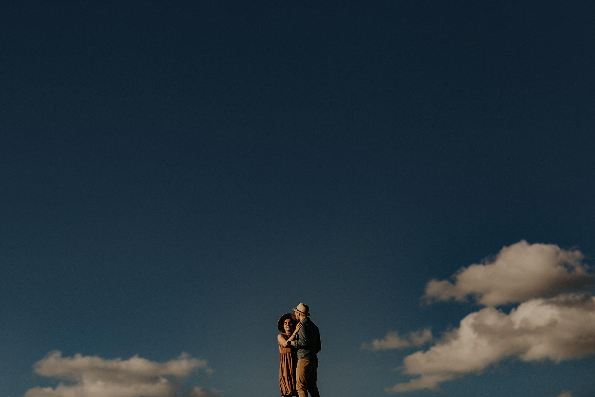 piekna sesja narzeczenska rustykalna romantyczna sesja na pustyni sesja zdjeciowa poznan krugphotography fotograf slubny z poznania fotografia slubna poznan 2900