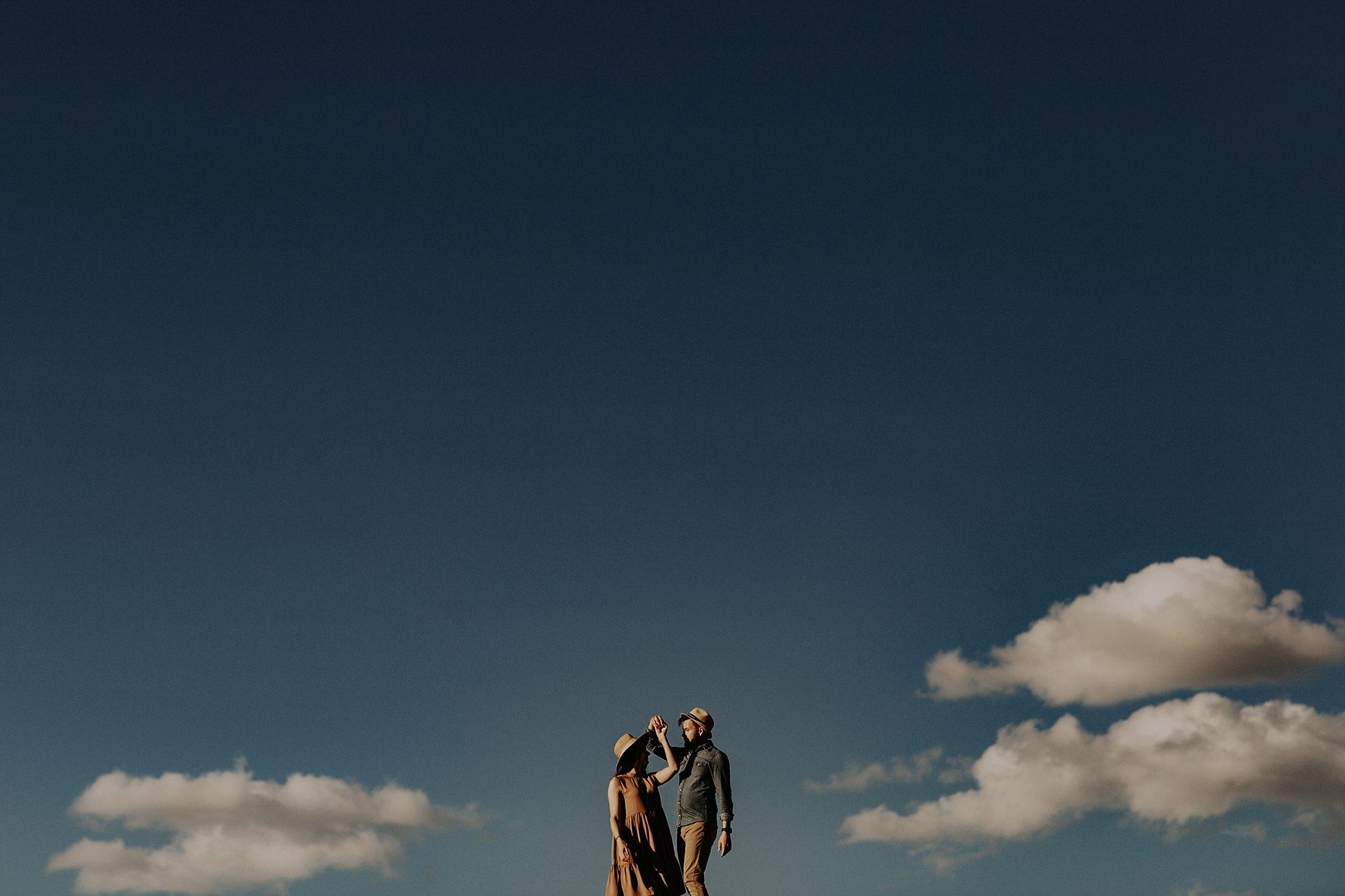 piekna sesja narzeczenska rustykalna romantyczna sesja na pustyni sesja zdjeciowa poznan krugphotography fotograf slubny z poznania fotografia slubna poznan 3100