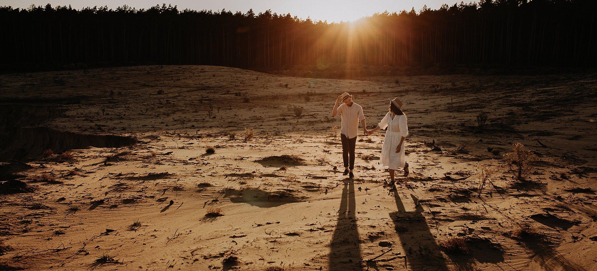 piekna sesja narzeczenska rustykalna romantyczna sesja na pustyni sesja zdjeciowa poznan krugphotography fotograf slubny z poznania fotografia slubna poznan 6000