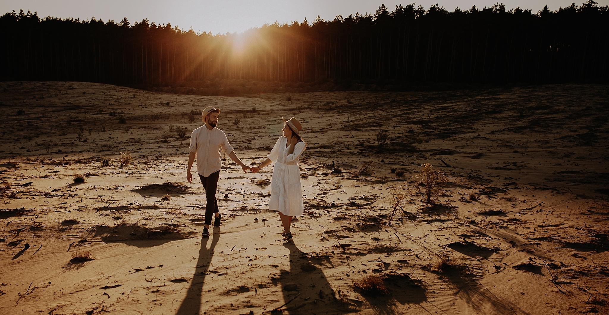 piekna sesja narzeczenska rustykalna romantyczna sesja na pustyni sesja zdjeciowa poznan krugphotography fotograf slubny z poznania fotografia slubna poznan