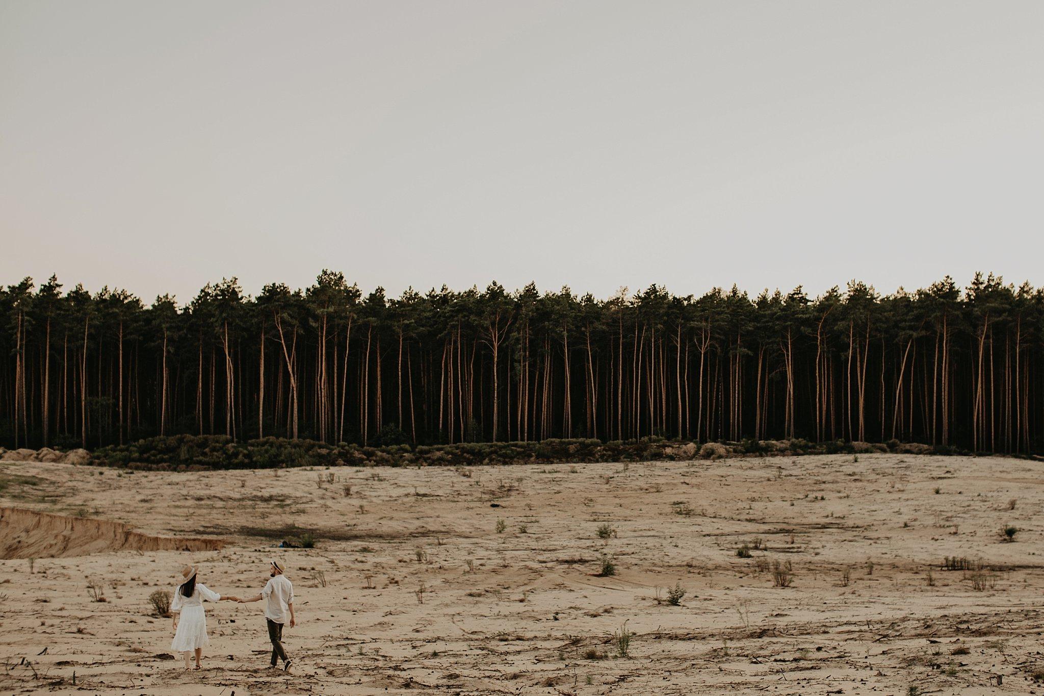 piekna sesja narzeczenska rustykalna romantyczna sesja na pustyni sesja zdjeciowa poznan krugphotography fotograf slubny z poznania fotografia slubna poznan 7500