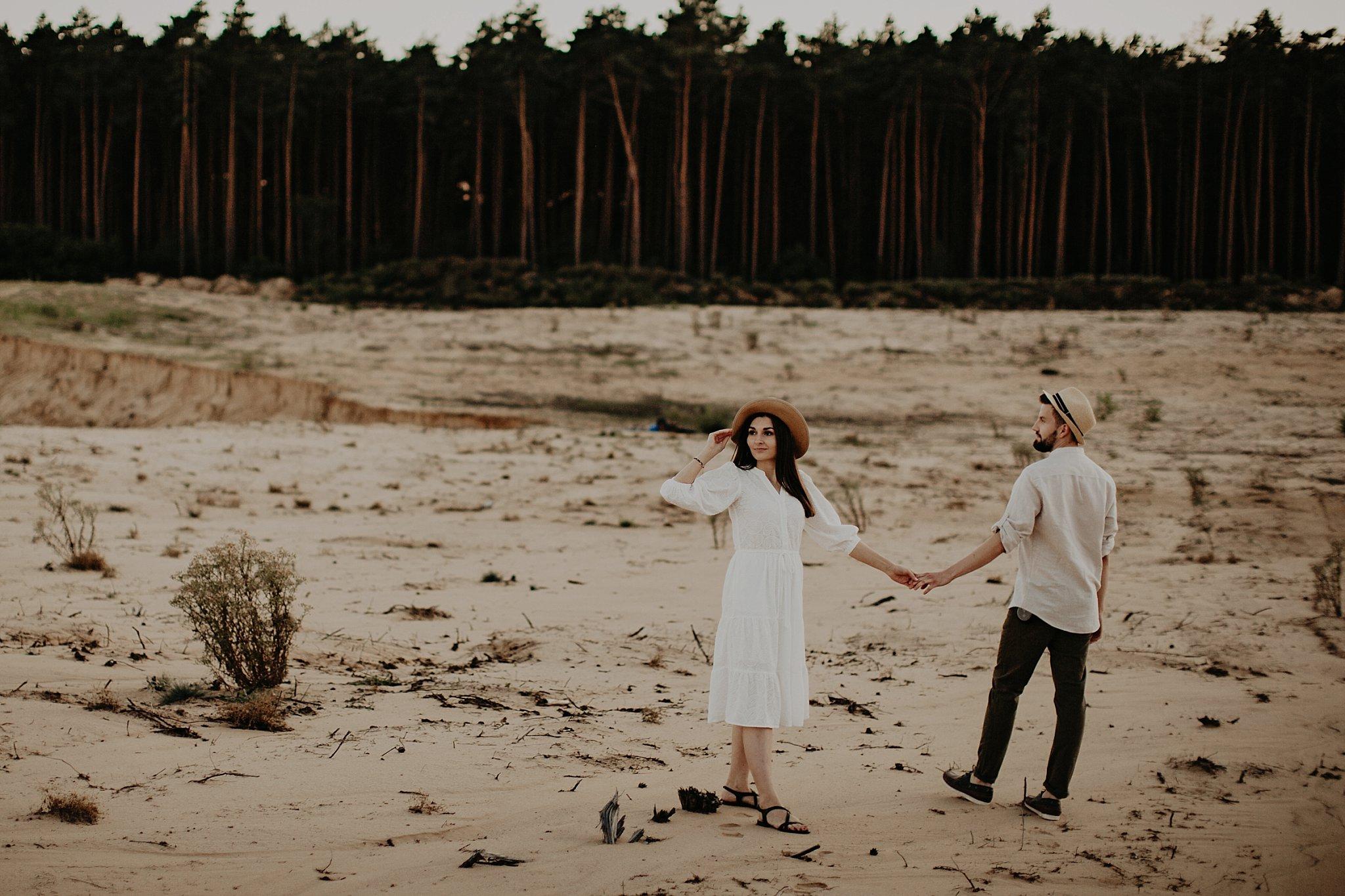 piekna sesja narzeczenska rustykalna romantyczna sesja na pustyni sesja zdjeciowa poznan krugphotography fotograf slubny z poznania fotografia slubna poznan 7600