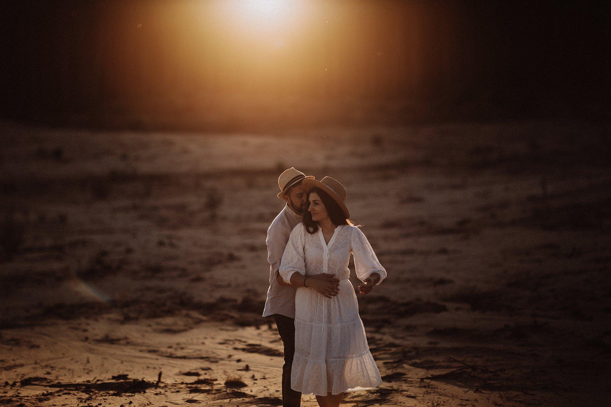 piekna sesja narzeczenska rustykalna romantyczna sesja na pustyni sesja zdjeciowa poznan krugphotography fotograf slubny z poznania fotografia slubna poznan 8000
