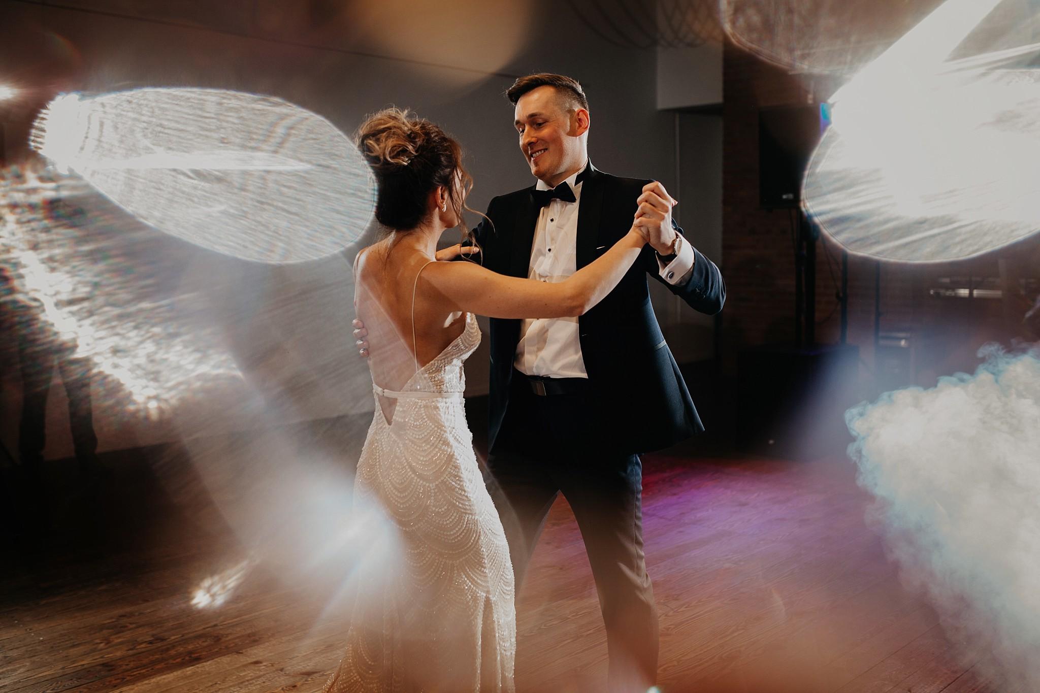 fotograf poznan wesele dobra truskawka piekne wesele pod poznaniem wesele w dobrej truskawce piekna para mloda slub marzen slub koronawirus slub listopad wesele koronawirus 318