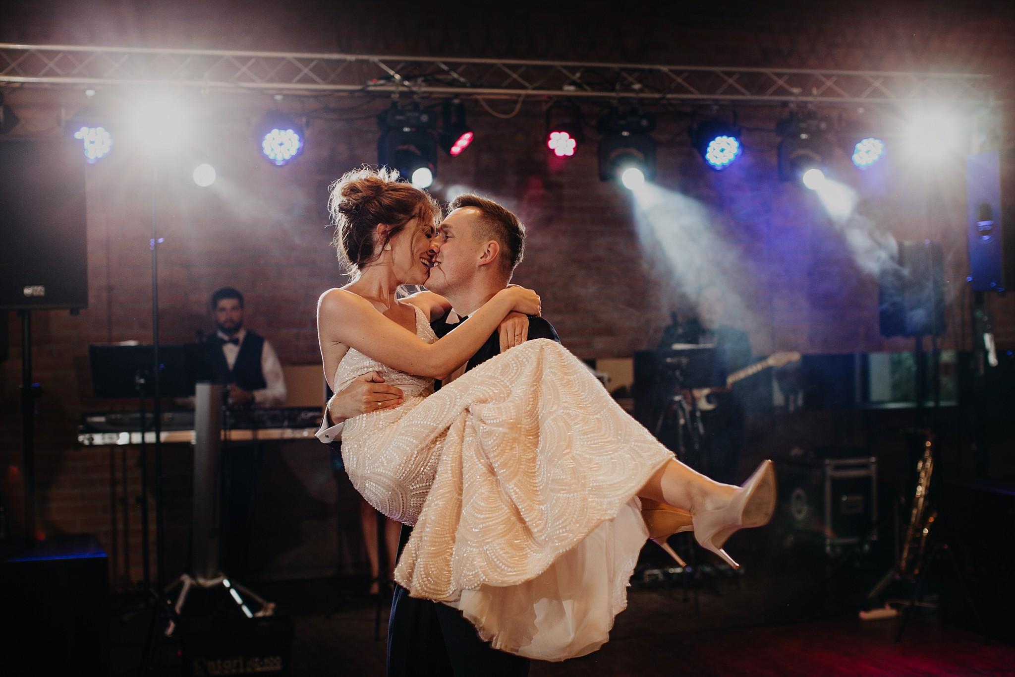 fotograf poznan wesele dobra truskawka piekne wesele pod poznaniem wesele w dobrej truskawce piekna para mloda slub marzen slub koronawirus slub listopad wesele koronawirus 323