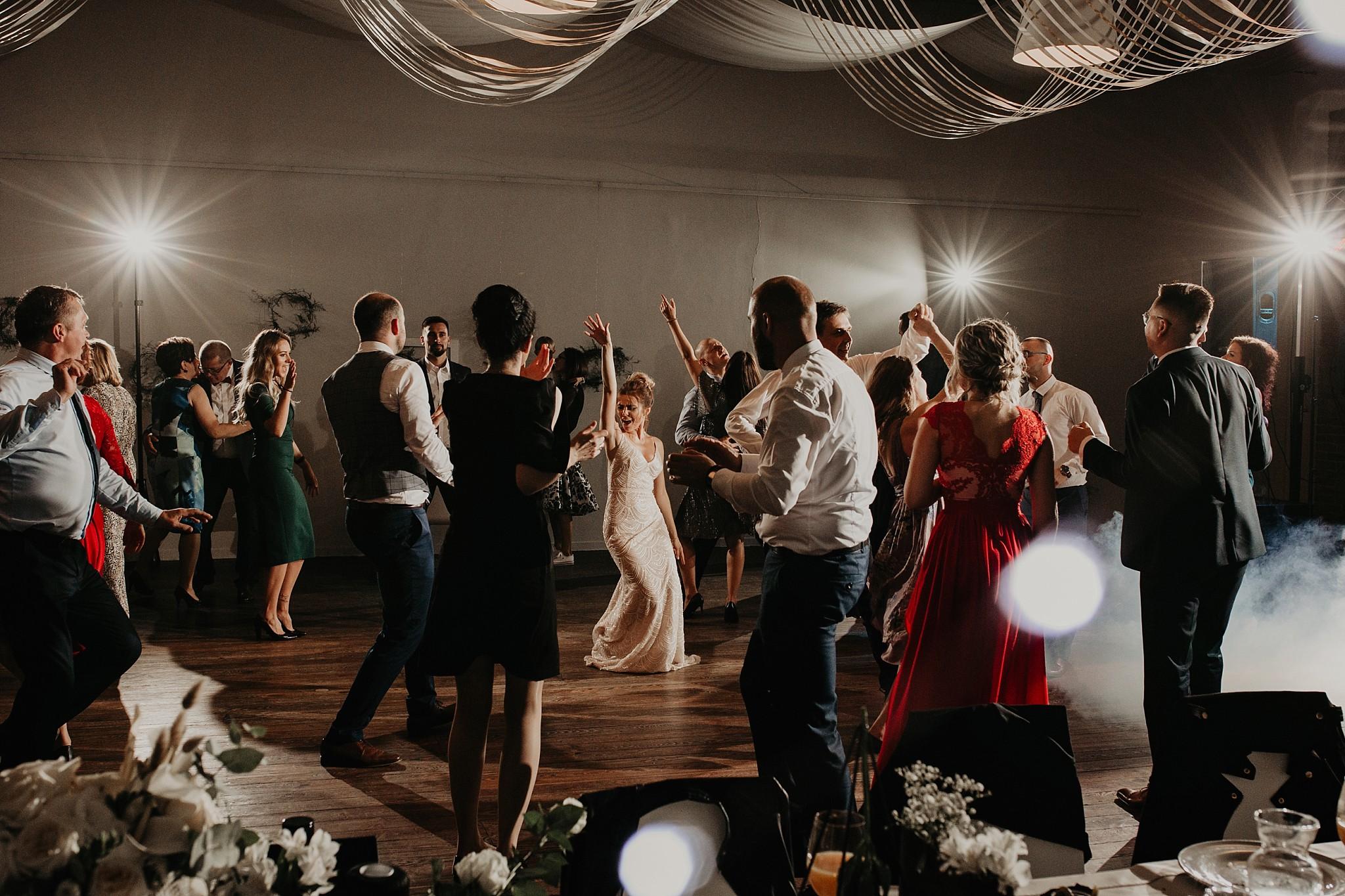 fotograf poznan wesele dobra truskawka piekne wesele pod poznaniem wesele w dobrej truskawce piekna para mloda slub marzen slub koronawirus slub listopad wesele koronawirus 431