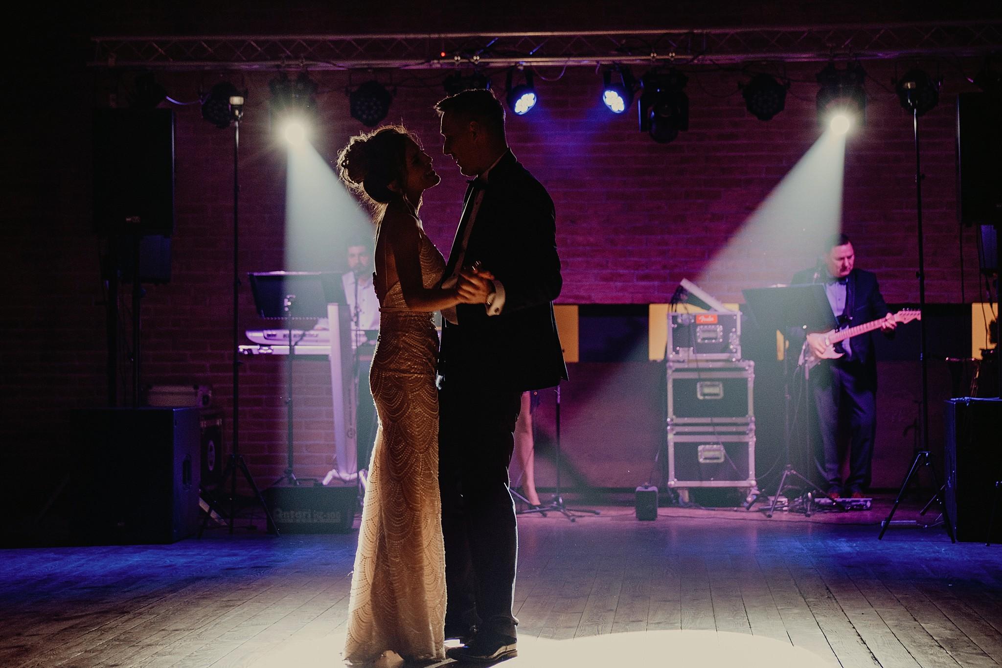fotograf poznan wesele dobra truskawka piekne wesele pod poznaniem wesele w dobrej truskawce piekna para mloda slub marzen slub koronawirus slub listopad wesele koronawirus 507