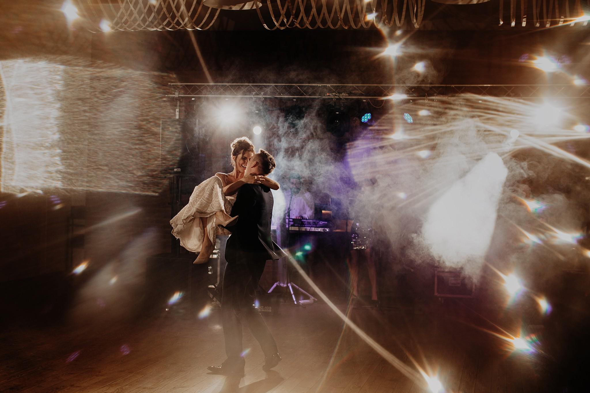 fotograf poznan wesele dobra truskawka piekne wesele pod poznaniem wesele w dobrej truskawce piekna para mloda slub marzen slub koronawirus slub listopad wesele koronawirus 513